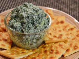ほうれん草とクリームチーズのディップ。クラッカーを添えて。【農家のレシピ帳】