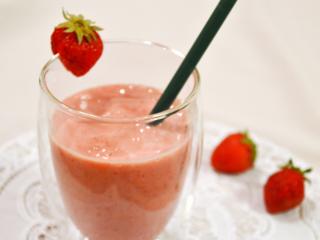いちごスムージー。ヨーグルト&牛乳でまろやか。朝食、おやつに!【農家のレシピ帳】