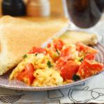 朝食に!トマトとチーズのスクランブルエッグ。トーストに添えて♪【農家のレシピ帳】