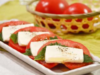 トマトと豆腐と青じそのカプレーゼ風。ごま油が香る、簡単サラダ。【農家のレシピ帳】