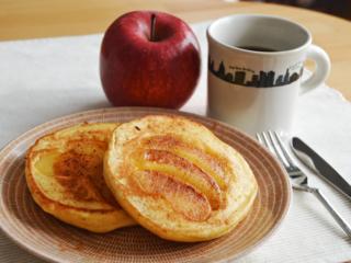 焼きりんごのホットケーキ。りんごケーキ風!簡単おやつ♪【農家のレシピ帳】