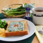 ほうれん草クリームチーズのトースト。パプリカパウダーで彩りよく♪【農家のレシピ帳】(PR)