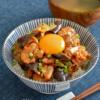 なす豚キムチ丼。食欲をそそる、夏のうま辛どんぶり!卵黄のせ♪【農家のレシピ帳】