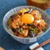 ナス豚キムチ丼。食欲をそそる、夏のうま辛どんぶり!卵黄のせ♪【農家のレシピ帳】