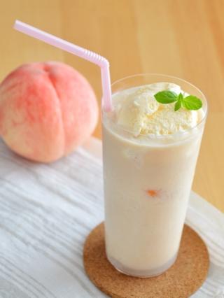 贅沢!桃のフロート。とろりとした桃スムージーに、バニラアイスをのせて。【農家のレシピ帳】