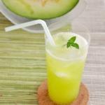 贅沢!生メロンソーダ。メロン果汁を炭酸水で割る、夏のドリンク。【農家のレシピ帳】