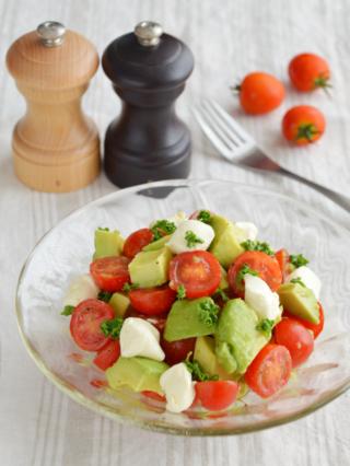 トマトとアボカドのサラダ。さっぱりとした前菜。【農家のレシピ帳】
