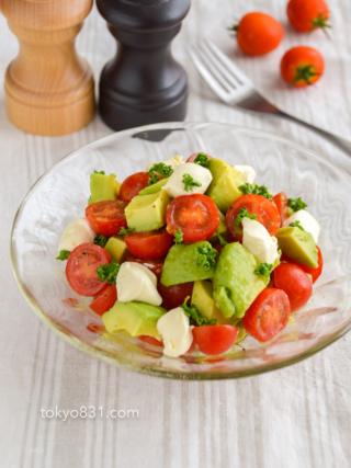 トマトとアボカドとクリームチーズのサラダ。レモン汁で爽やかな前菜!【農家のレシピ帳】